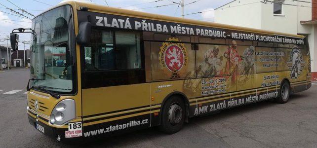 Autobus Zlatá přilba města Pardubic jezdí městem