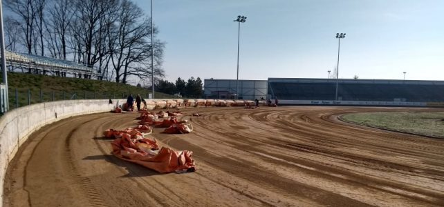 Příprava stadionu na sezónu finišuje